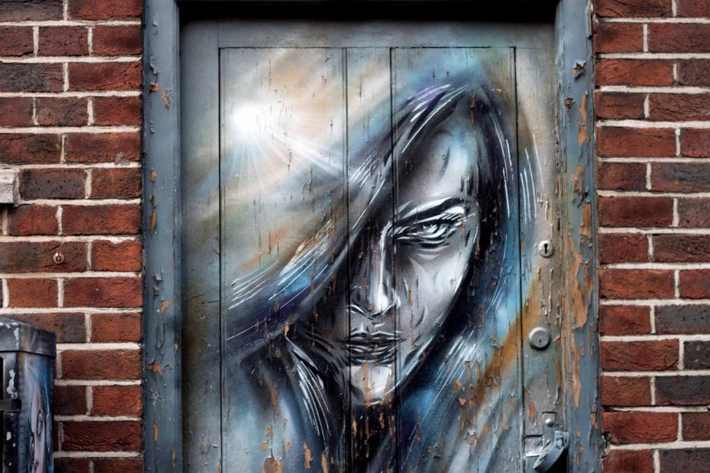 граффити на двери