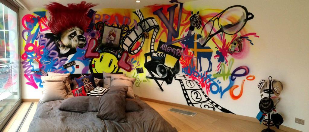 граффити на стене в квартире над кроватью