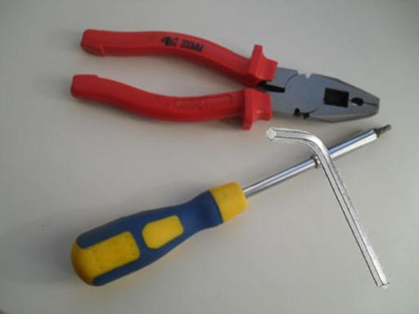 Tool for adjusting the fittings of plastic windows