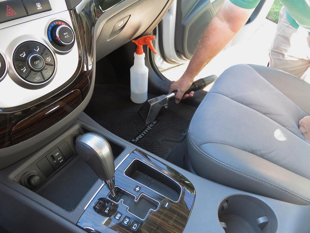 Чистка салона автомобиля: способы, средства, полезные советы