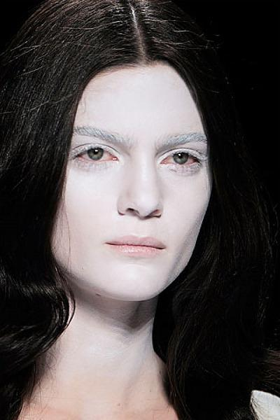 бледная кожа лица причины