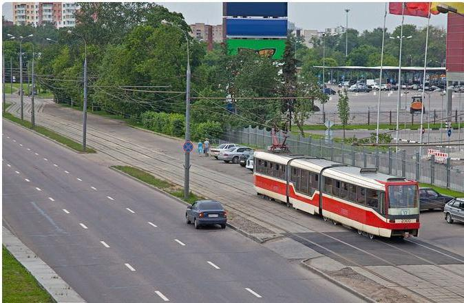 Разрешается движение по трамвайным путям попутного направления
