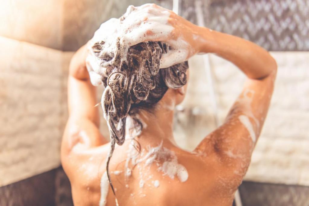 Нужно ли мыть голову перед мелированием? Мелирование и мытье головы