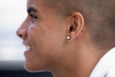 означает серьга в левом ухе у мужчины