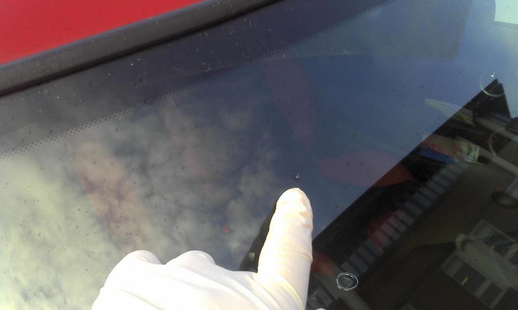 Повреждение лобового стекла камнем
