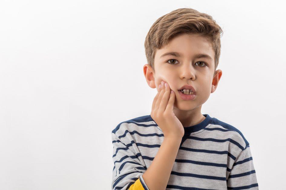 Может ли от зуба болеть горло у взрослых и детей? Причины и методы лечения