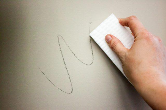 Как отмыть ручку с обоев: проверенные способы