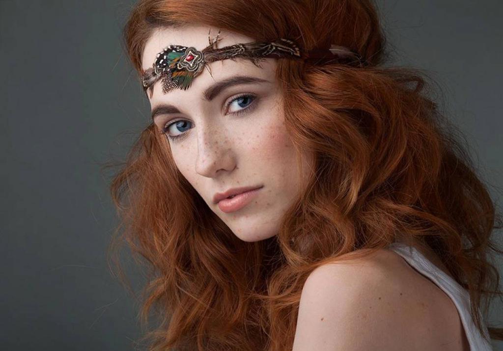 кудрявые рыжие волосы с зелеными глазами