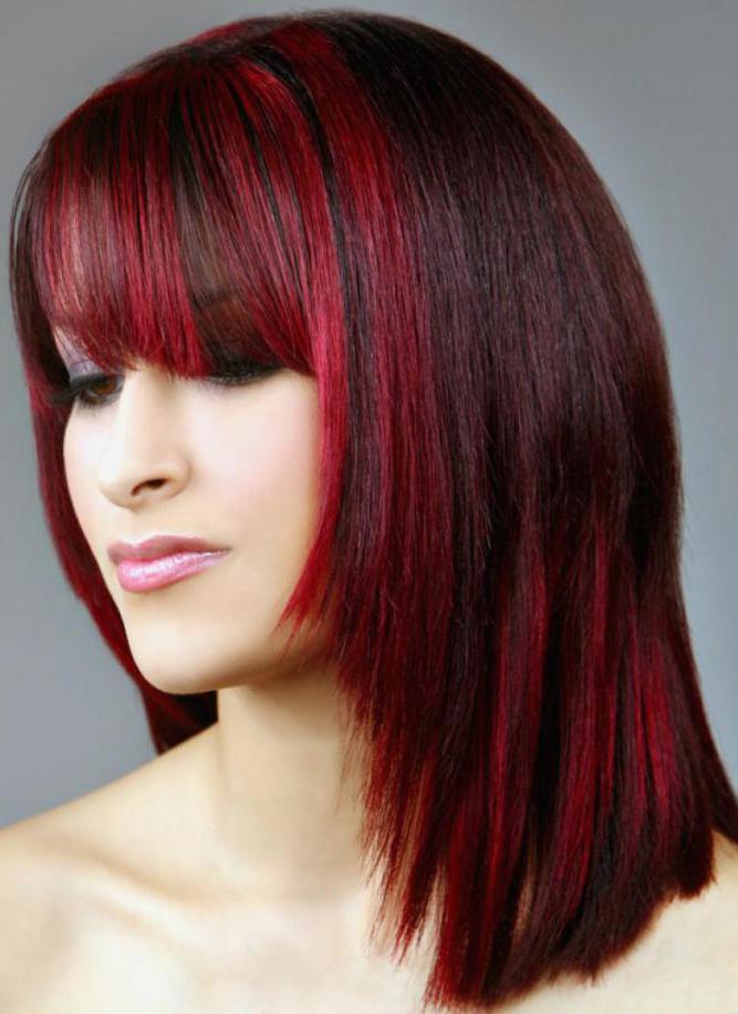 черные волосы с красными прядками