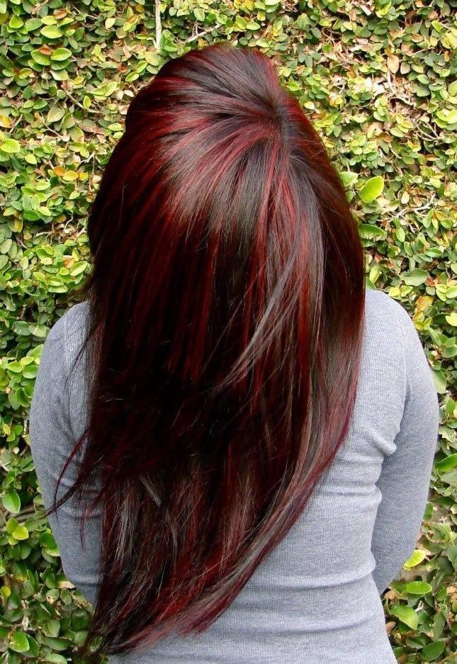 черные волосы с красными прядями средние