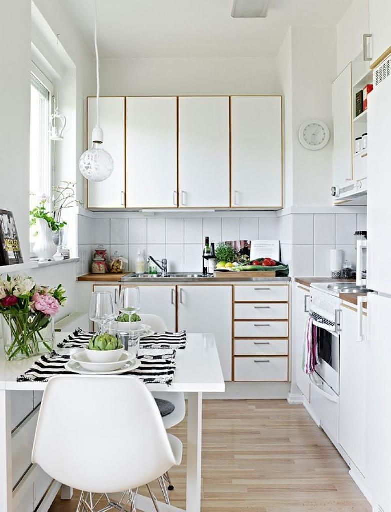 Секс на полу в маленькой кухни