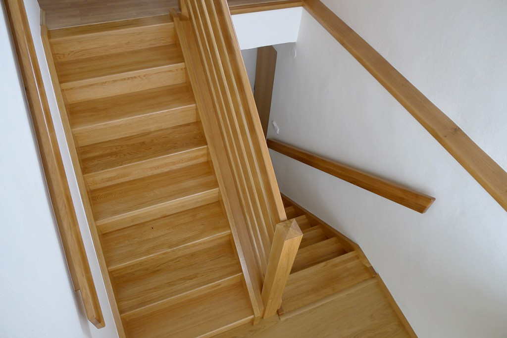 Cladding concrete stairs with wood