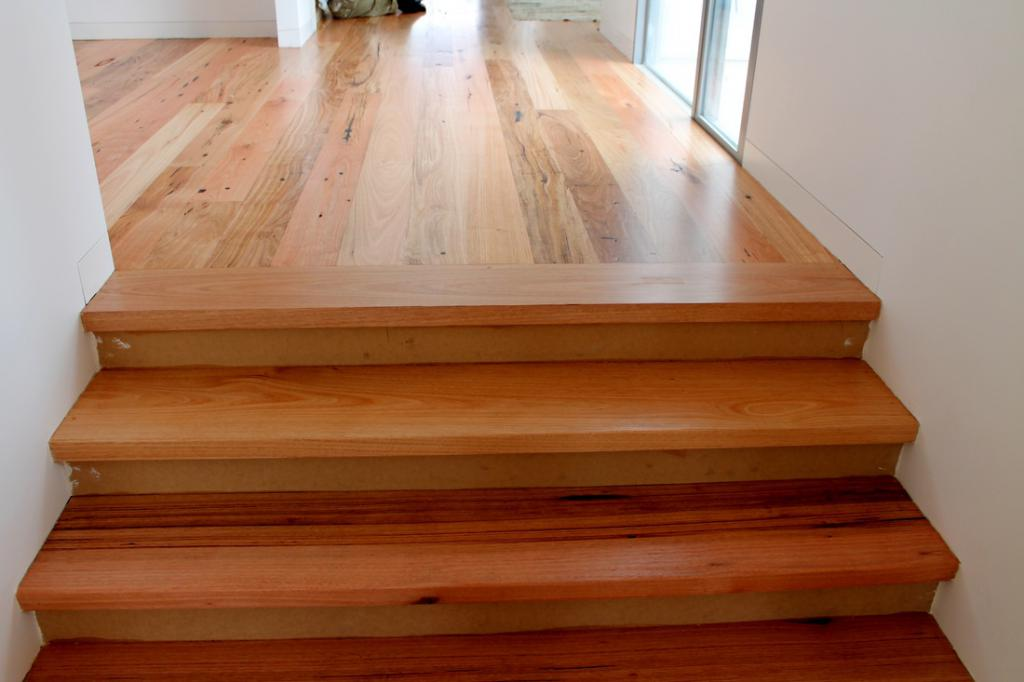 Cladding stairs with wood