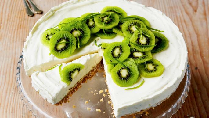 Kiwi cheesecake with pastries