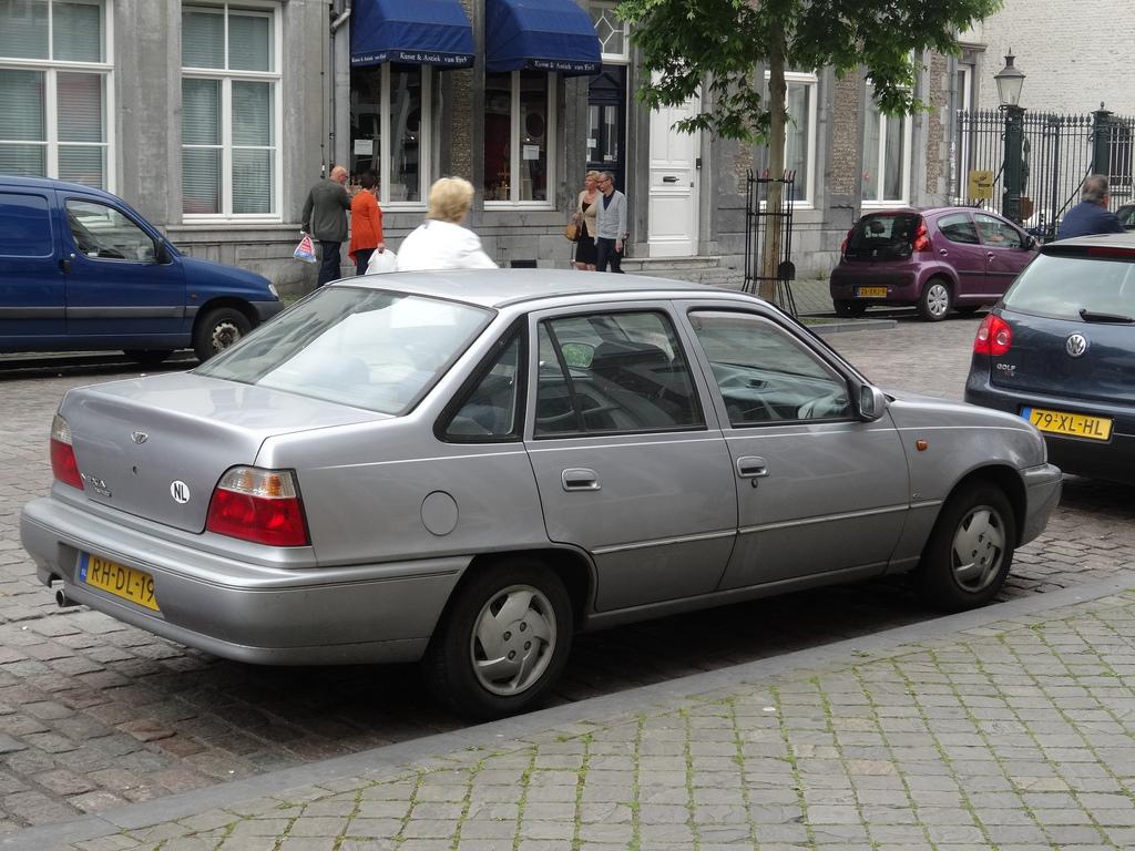 Автомобиль Деу Нексия