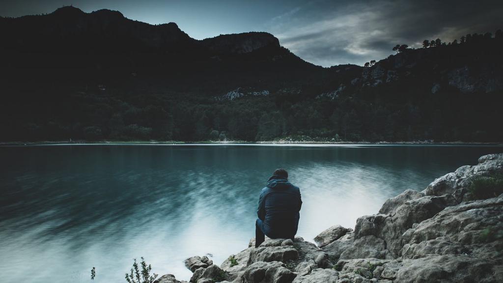 человек на берегу озера