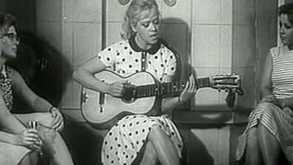 Алиса Фрейндлих с гитарой
