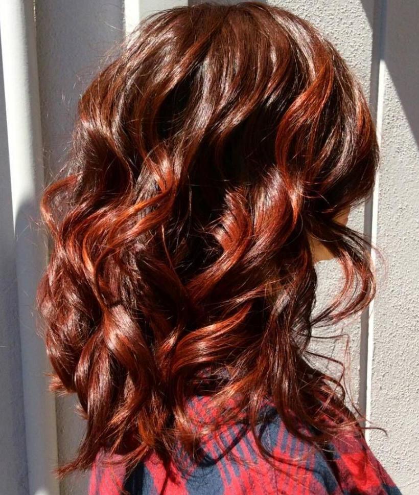 Красные пряди каштановых волос