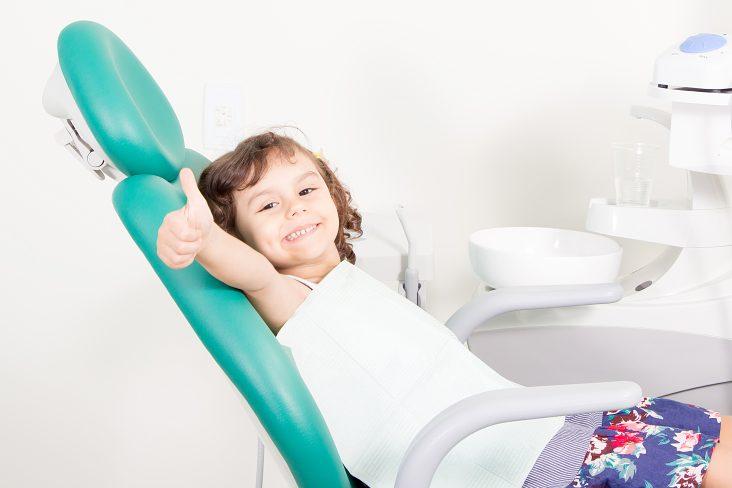 У ребенка шатается молочный зуб и болит