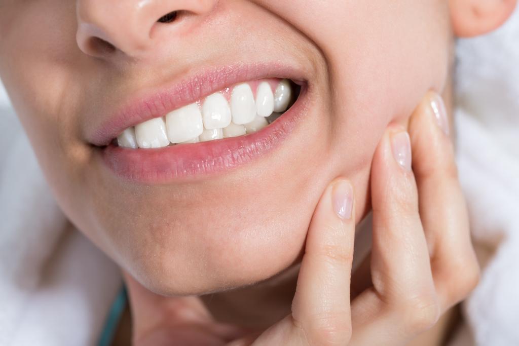 после удаления зуба торчит кость