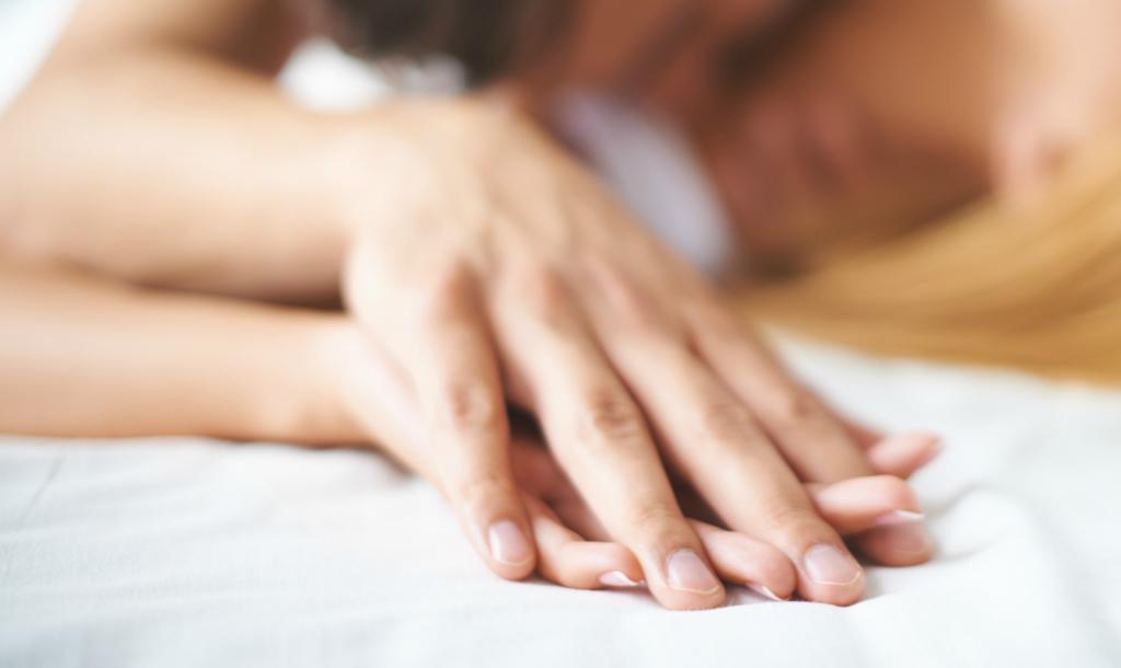 Руки на постели