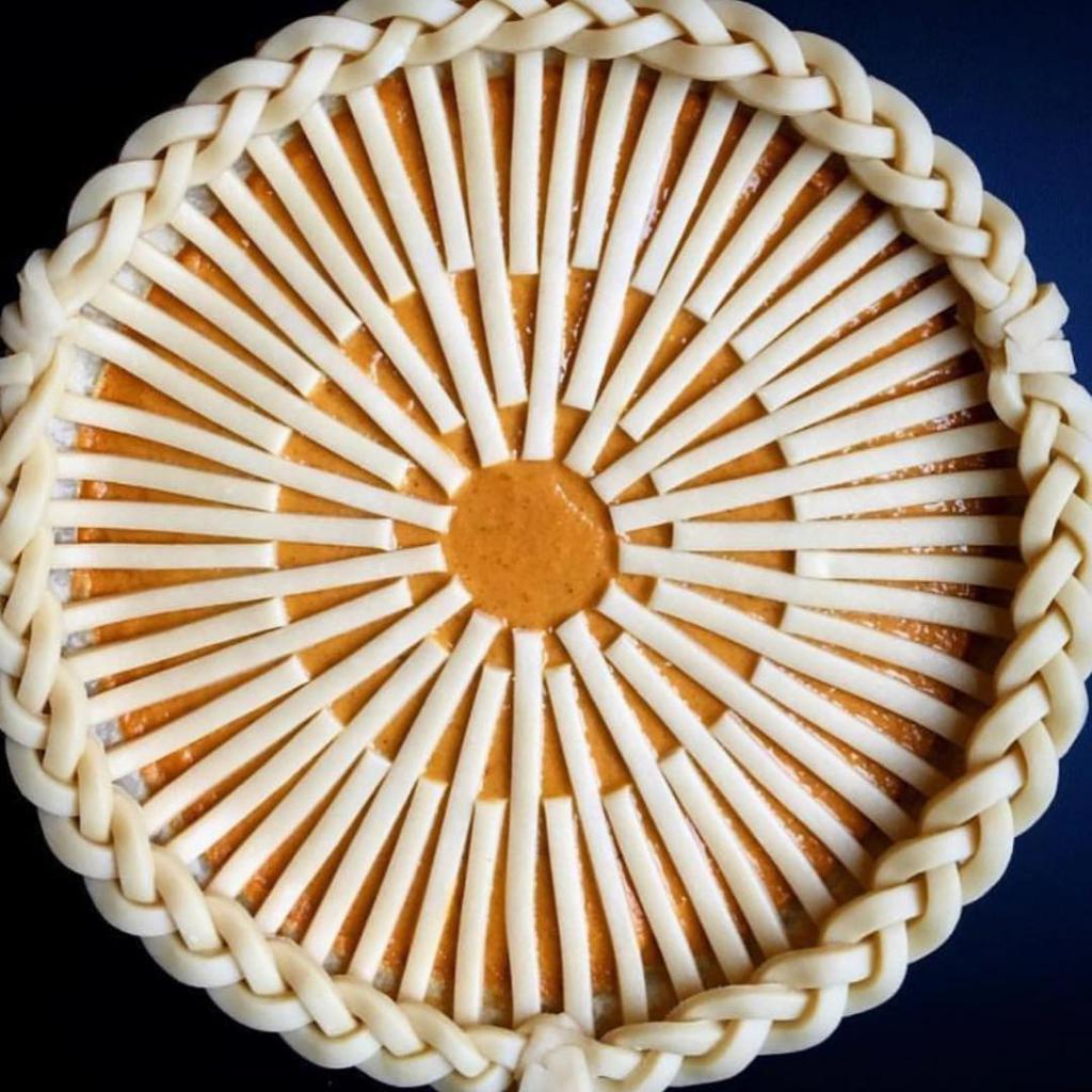 Оригинальное украшение пирога