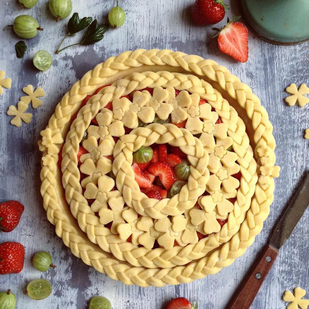 Пирог, оформленный косичкой