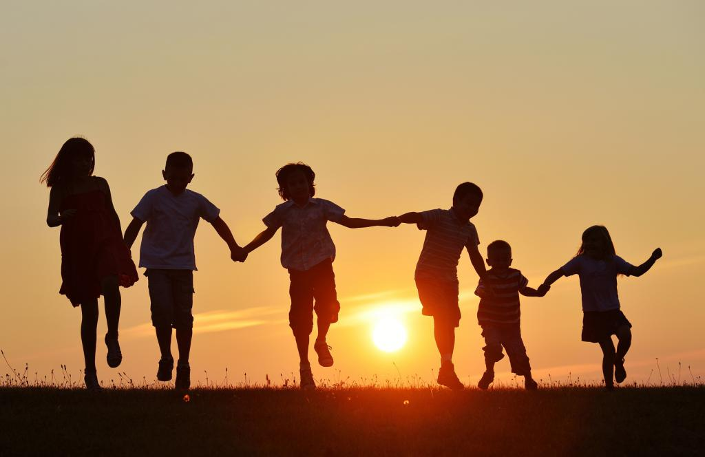 Дети на фоне заката