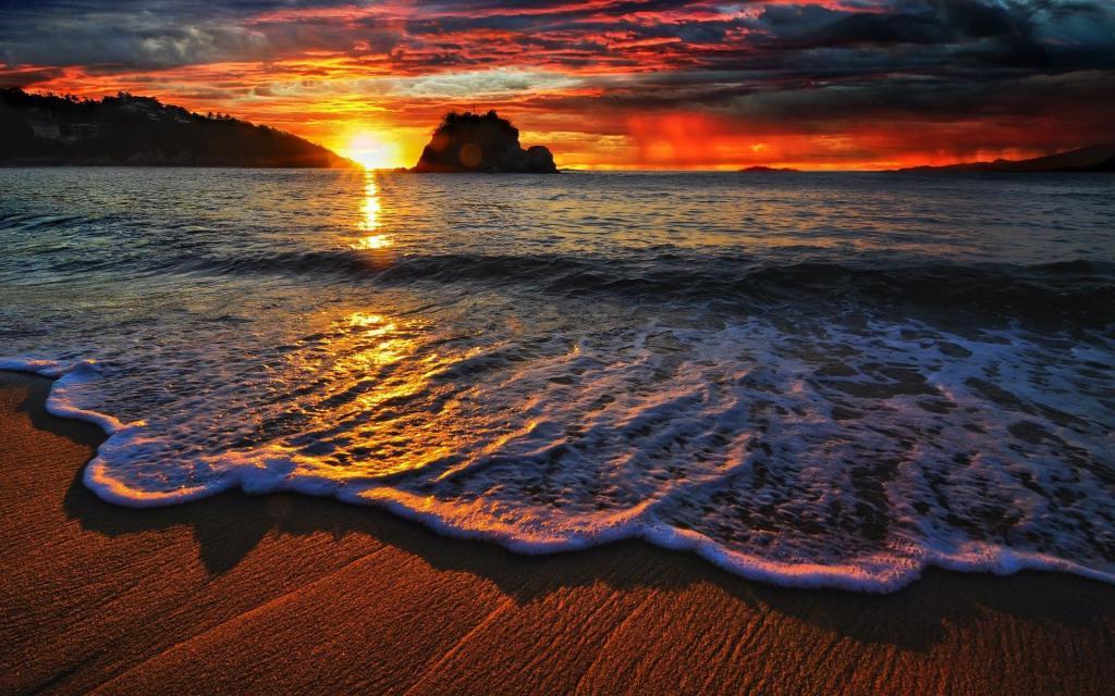 Закат красивый и пляж