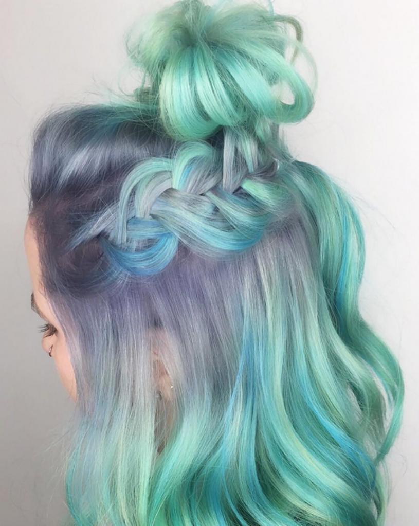 Волосы мятного цвета