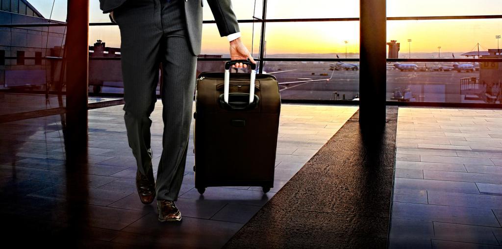 Мужчина идет с чемоданом