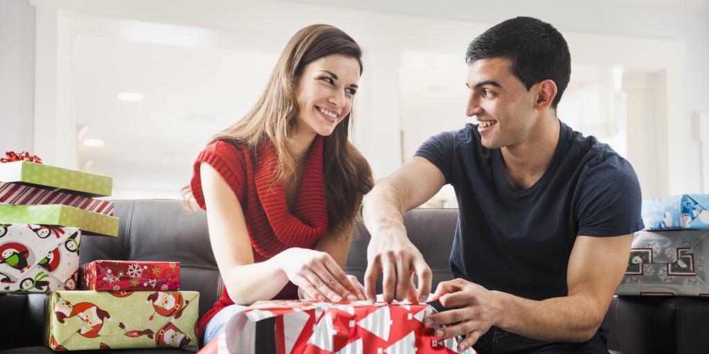 разворачивание подарков в семье