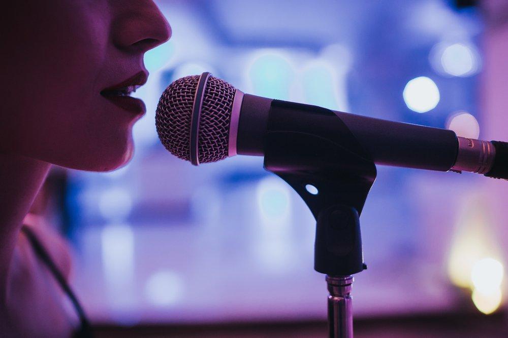 Комплименты девушке про голос: что сказать, примеры