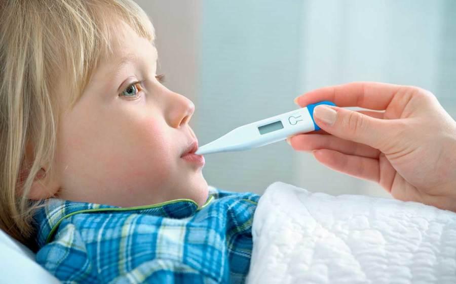 Сколько дней после АКДС держится температура, нужно ли сбивать?