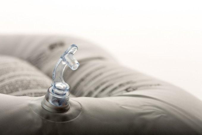 как найти дырку в надувном матрасе
