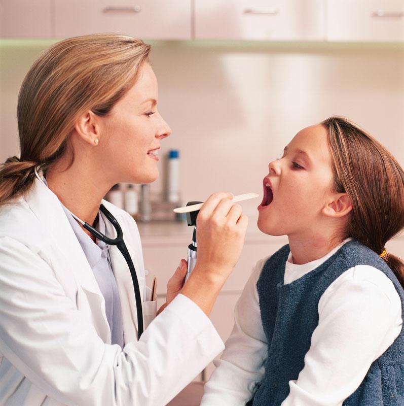 картинка доктор смотрит горлышко