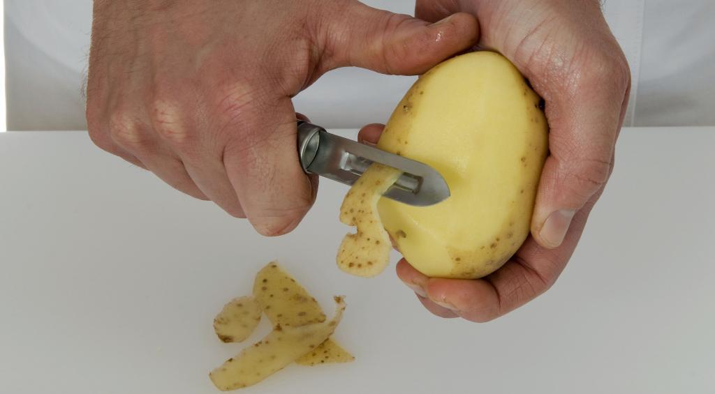Чистит картошку картинка