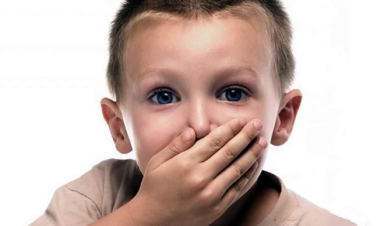 ребенок закрывет рот