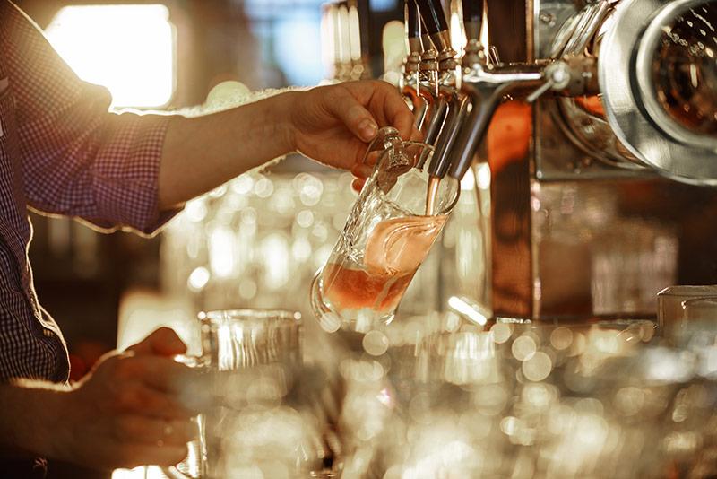 пиво наливается в бокал