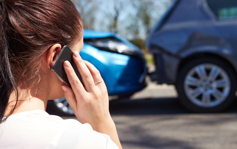 девушка звонит после аварии