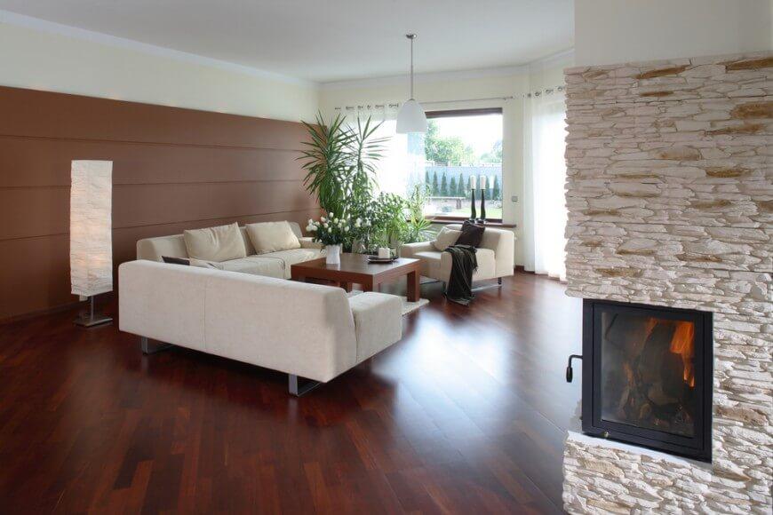 гостиная с коричневым полом