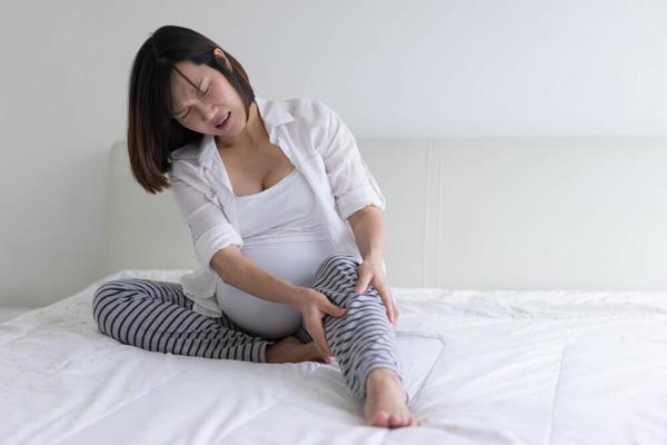 Неудобное положение ног для сна или переохлаждение ребенка в ночное время.