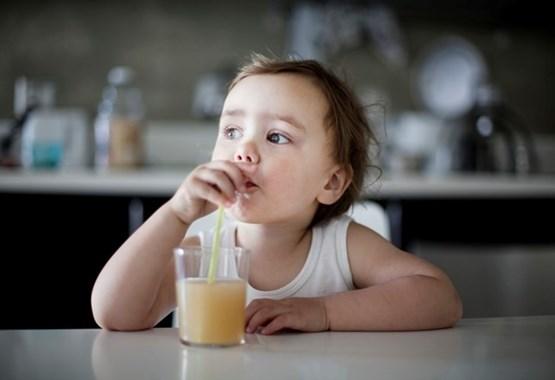 Фруктовые соки дают ребенку грудного возраста