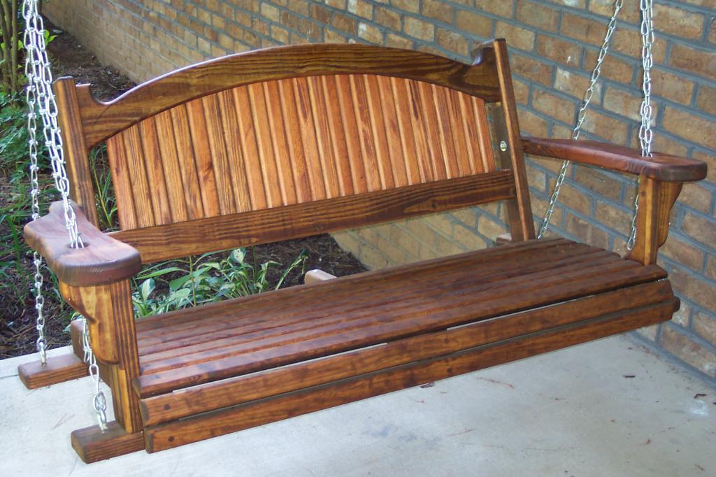 Качели с деревянным сиденьем