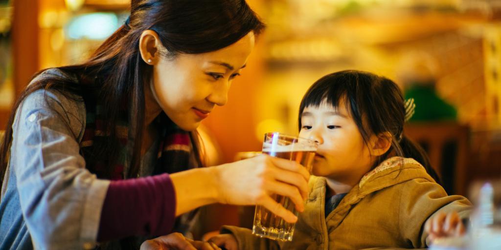 ребенок пьет пиво
