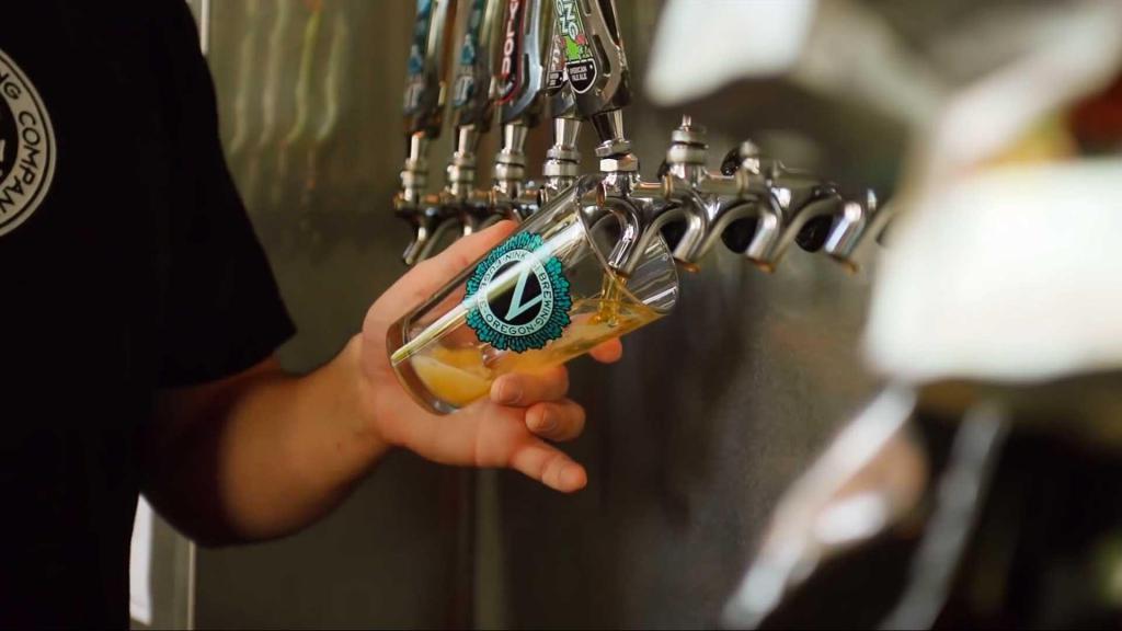 наливают пиво