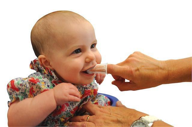 Когда начинать чистить зубы щеткой