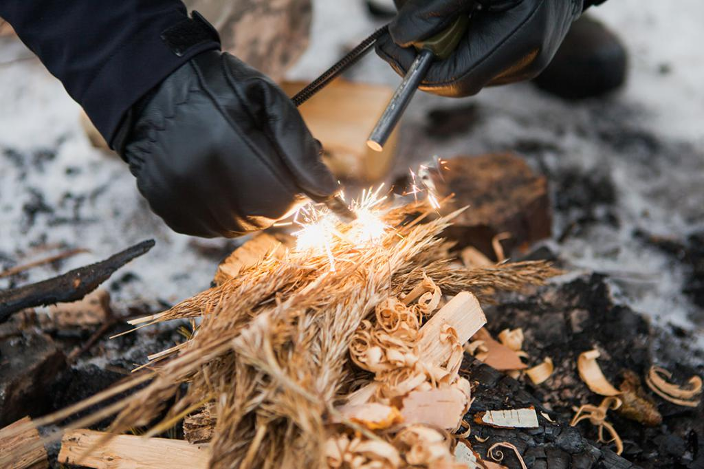 распаливание костра на природе