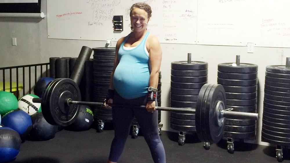 Беременная со штангой
