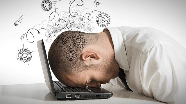 Человек устал за ноутбуком